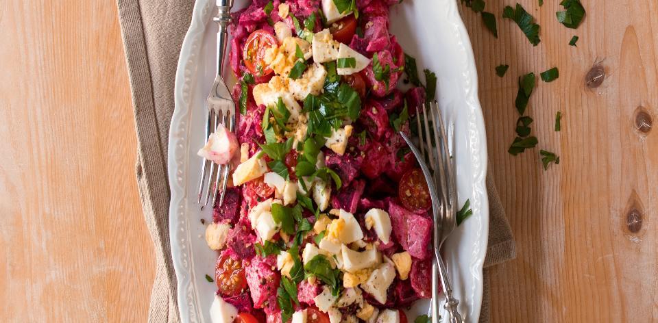 Salát s červenými bramborami