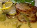 Vepřová kotletka s jemnou křenovo-okurkovou omáčkou recept ...
