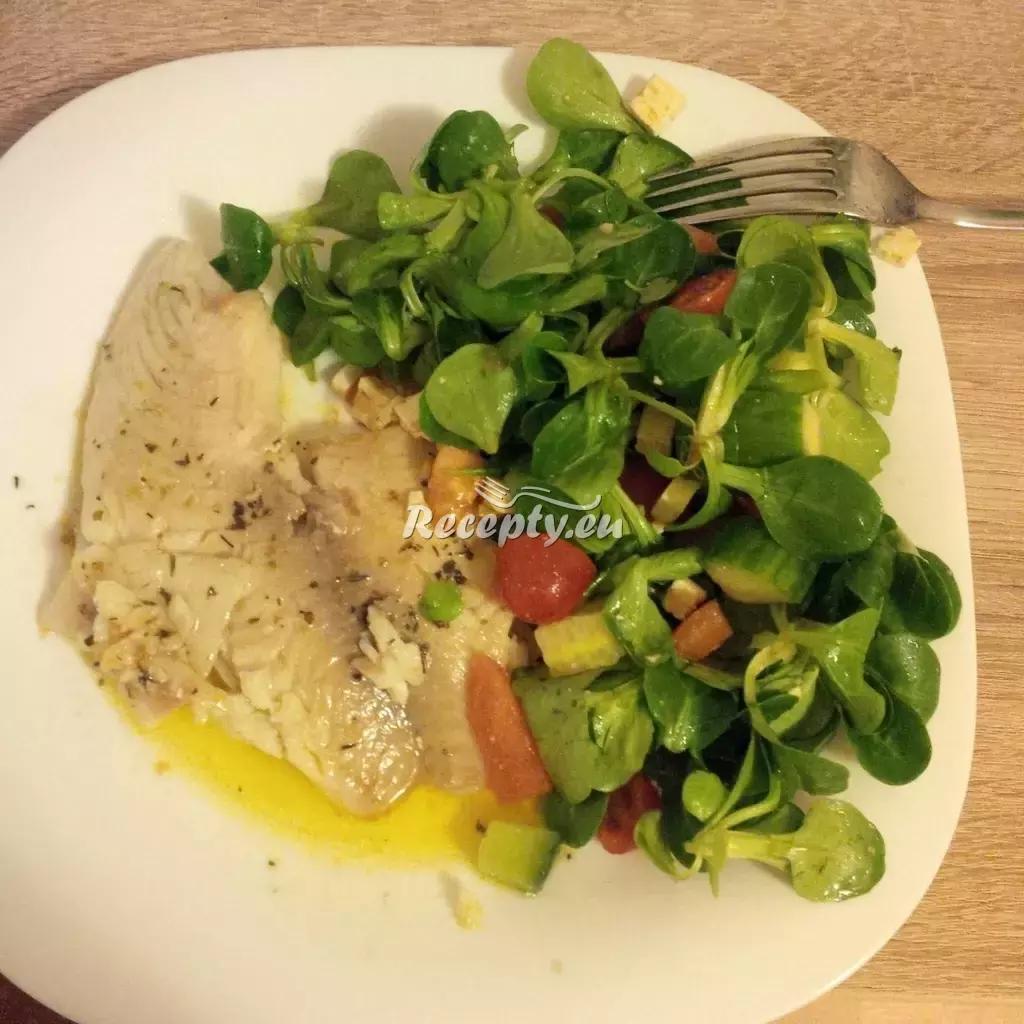 Tilapie na bylinkách se salátem a balkánským sýrem recept  fitness ...