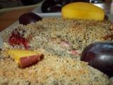 Makový drobenkový koláč se švestkami a broskvemi recept ...