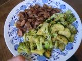 Kuřecí srdíčka s brokolicí a cuketou recept