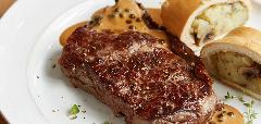 Steak s bramborovým závinem a pepřovou omáčkou