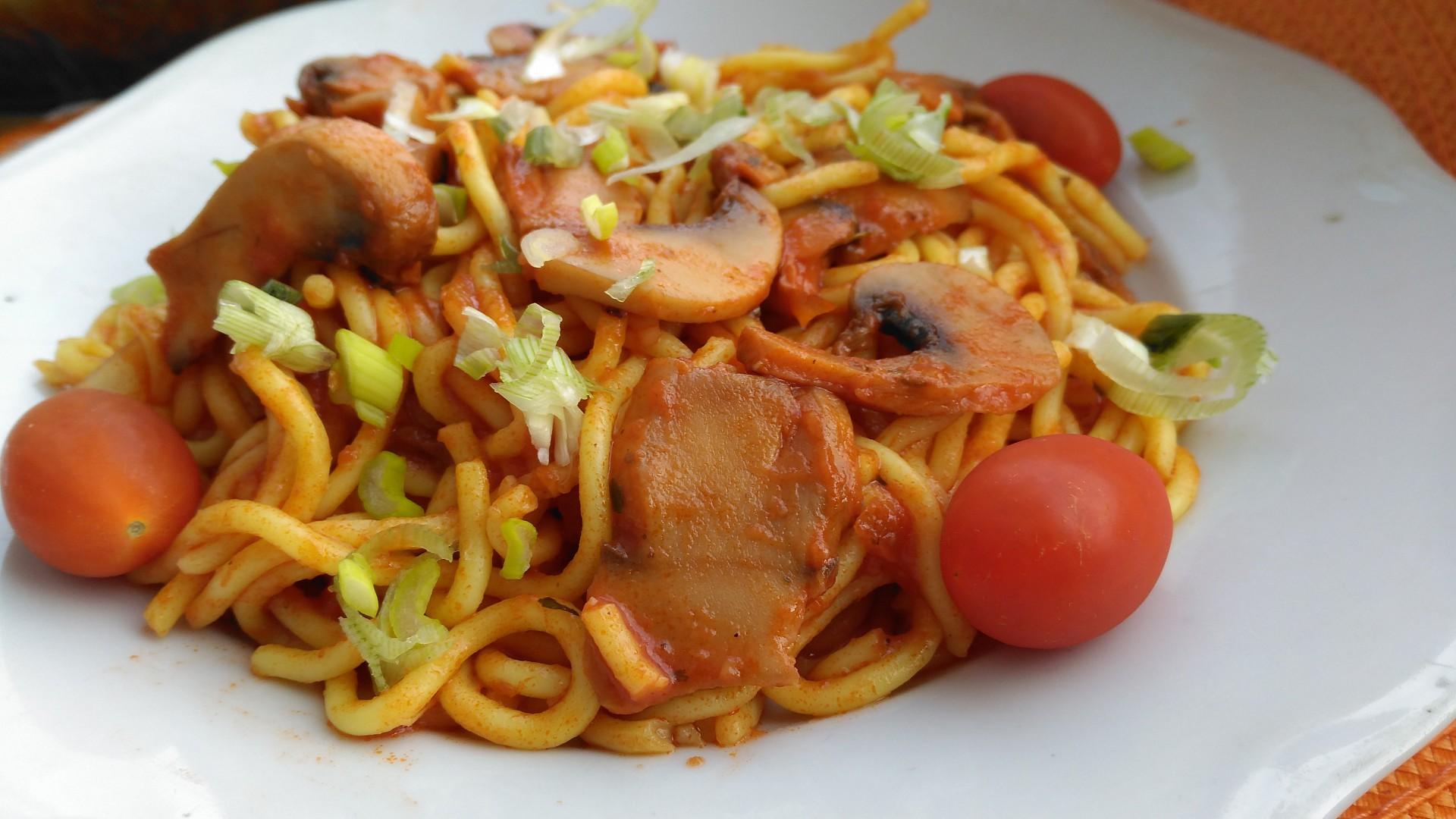 Špagety se žampiony a ostrou omáčkou recept