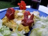 Zapečená polenta se sýrem a klobáskami recept