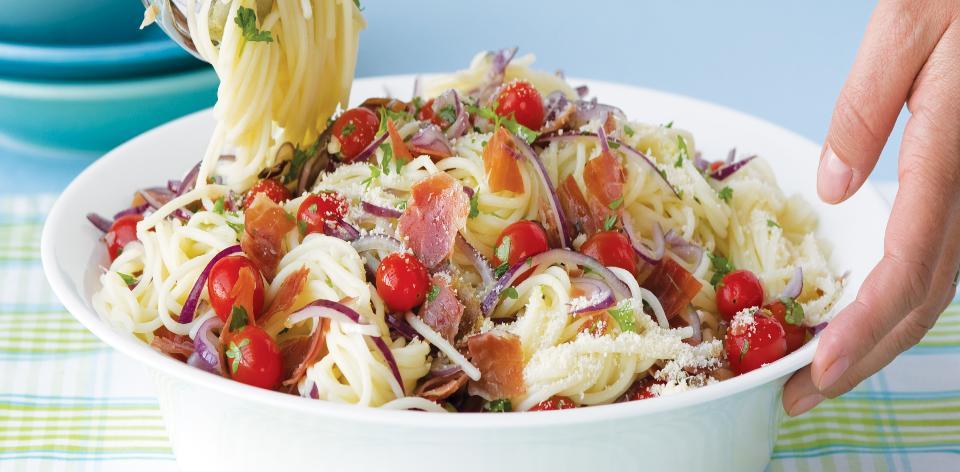 Těstoviny s rajčaty a sušenou šunkou