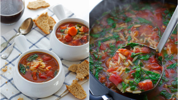 Italská orzo polévka s rajčaty a špenátem