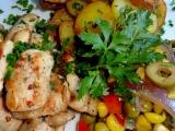 Máslové kuřecí s kukuřicí, hráškem a olivami recept