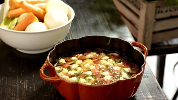 Kuřecí polévka s estragonovými nočky