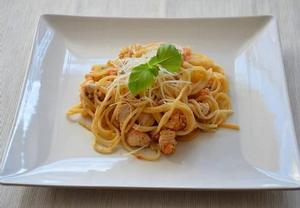 Pikantní špagety s kuřecím masem, slaninou a česnekem  Recepty ...