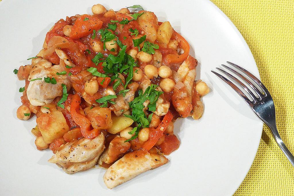 Vše v jedné pánvi: kuře s cizrnou a rajčaty recept