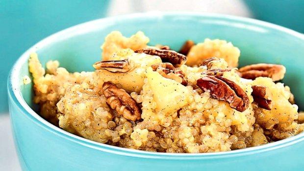 Kaše z quinoy s pekanovými ořechy a se skořicí