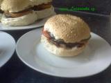 Hamburger s lilkem, rajčaty a sýrem recept