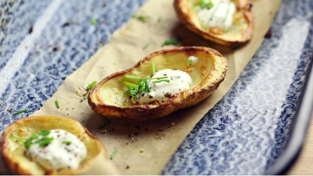 Pečené vydlabané půlky brambor