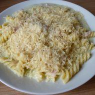 Těstoviny se sýrovou omáčkou a pestem recept
