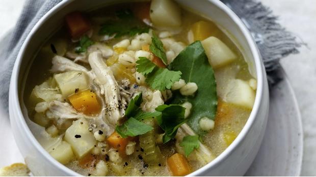 Vydatná polévka z kořenové zeleniny s kroupami a kuřetem | Prima ...