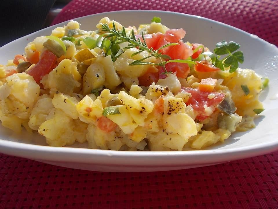 Letní bramborový salát s naloženou sterilovanou zeleninou a jablky ...