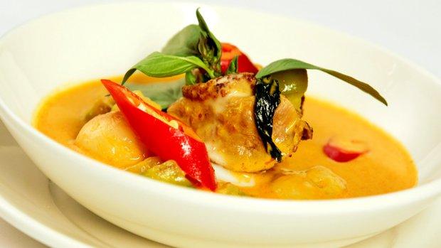 Červené thajské curry s kachnou, liči a thajským lilkem