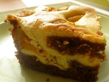 Karobový koláč s tvarohem a ovocem