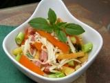 Paprikový salát se salámem recept
