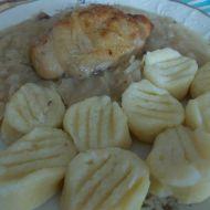 Kuřecí spodní díly s hlávkovým zelím a bramborovými špalíčky ...