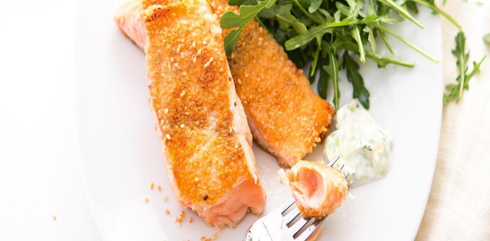 Sezamový losos se salátem
