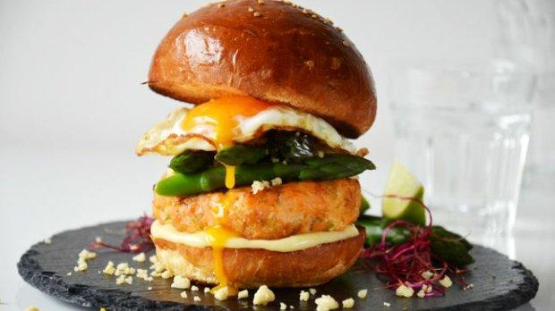 Lososový burger s chřestem