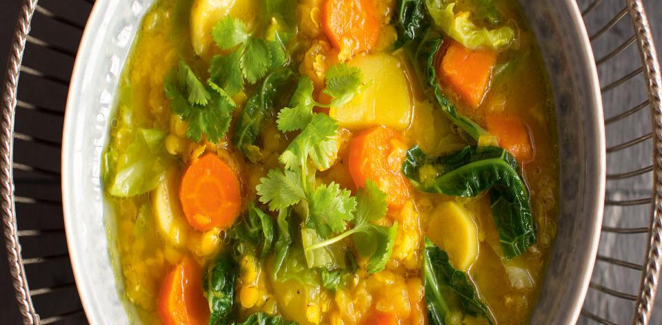 Polévka z kořenové zeleniny s červenou čočkou