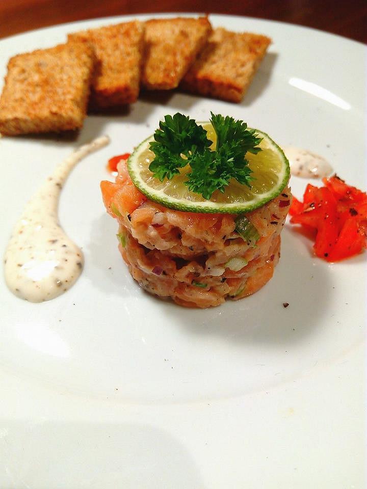 Tataráček z lososa s limetkovo-pepřovou omáčkou, rajčátky s ...