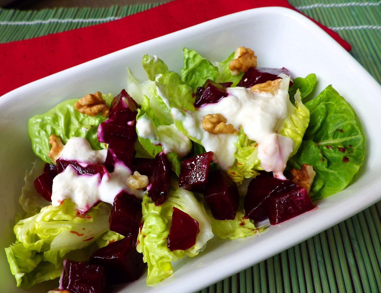 Salátová srdíčka s červenou řepou, jogurtovým přelivem s křenem a ...