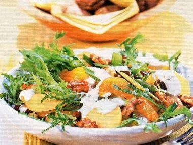 Bramborový salát s mandarinkami a ořechy