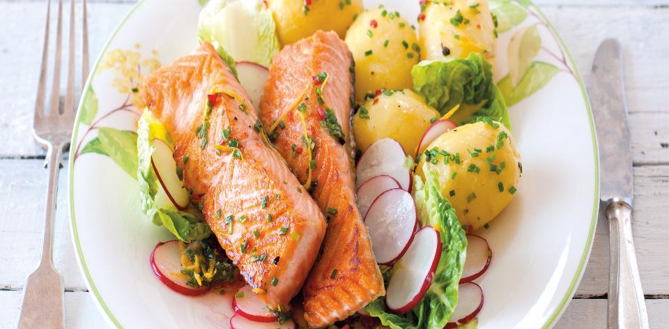 Losos na salátu z nových brambor a ředkviček