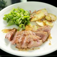 Kachní prsa s balsamikovým octem a lyonskými bramborami recept ...
