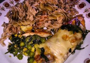Celozrnné těstoviny s kuřecím masem, špenátem, hráškem a ...