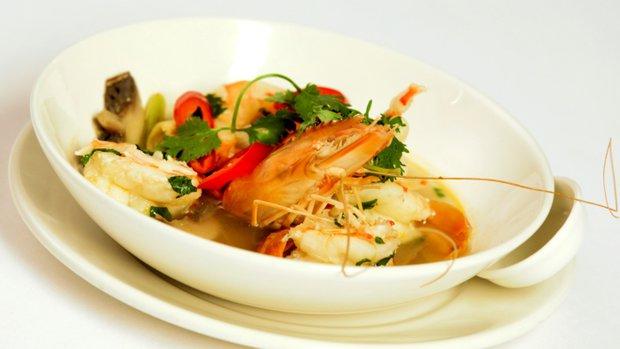 Pálivá polévka Tom yum Koong s krevetami a citronovou trávou ...