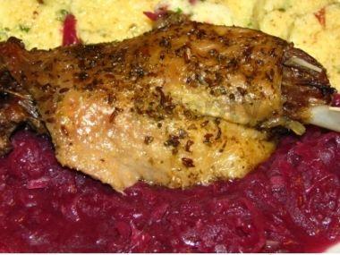Pečená kachna s kaštany a červeným zelím