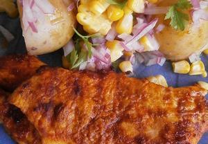 Uzené kuřecí se salátem z brambor a kukuřice