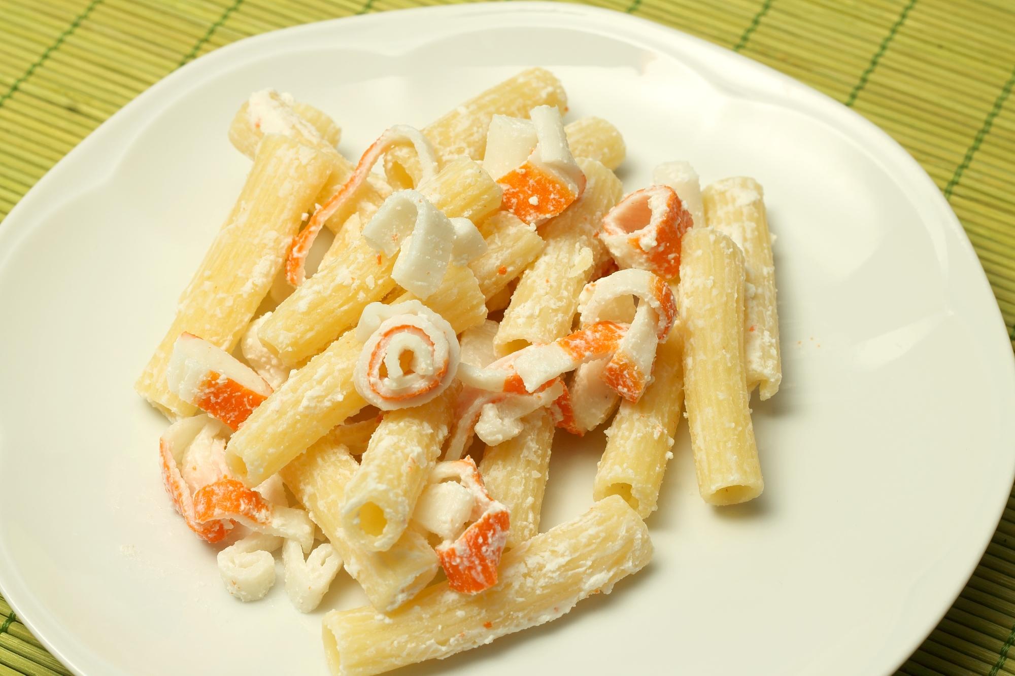 Těstovinový salát s krabími tyčinkami recept