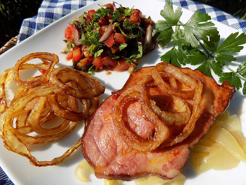 Pečená uzená krkovička s vídeňskou cibulí a petrželkovým salátem ...