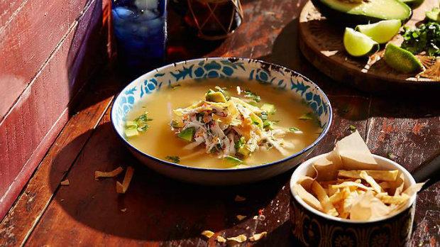 Kuřecí polévka vonící po limetkách (sopa de lima)