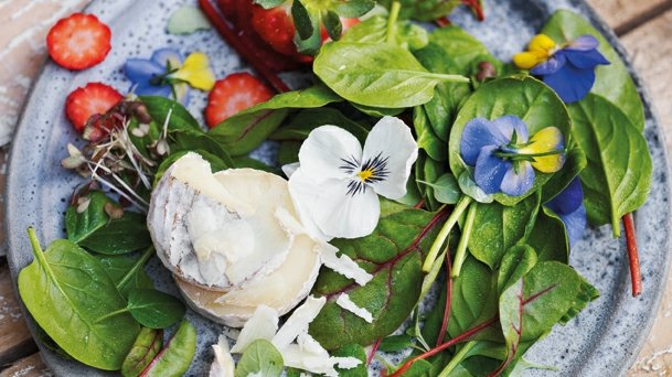 Svěží salát s jahodami a kozím sýrem