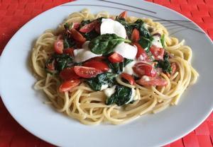 Špagety s baby špenátem, rajčátky a mozzarellou
