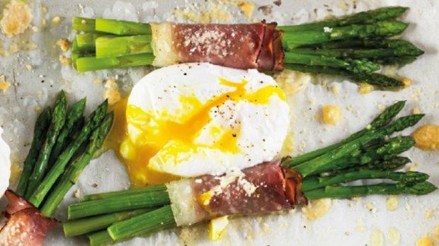 Chřest se šunkou a pošírovaným vejcem