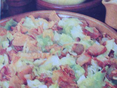 Zelný salát s cibulí a slaninou