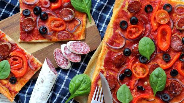 Pizza s fuetem, červenou cibulí a olivami