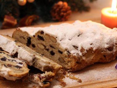 Vánočka s povidly, rozinkami a mandlemi
