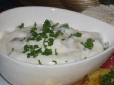 Jednoduchý dip k pečenému masu, ale i zálivka na salát