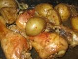 Kuřecí špalíčky pečené na bramborách recept