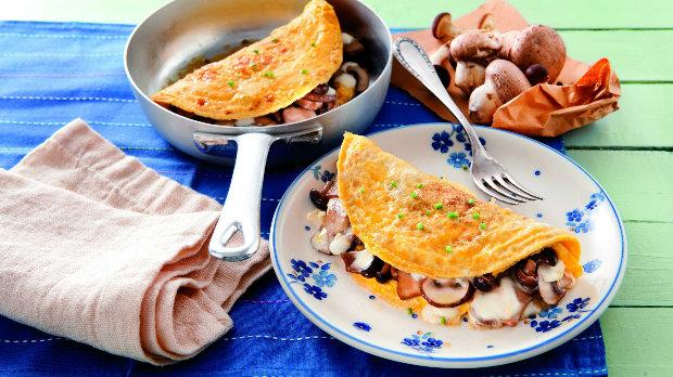 Omeleta s houbami a mozzarellou