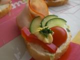 Obložený chlebíček s česnekovou pomazánkou recept ...