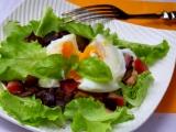 Lesní houby se slaninou a pošírovaným vejcem na listovém salátu ...